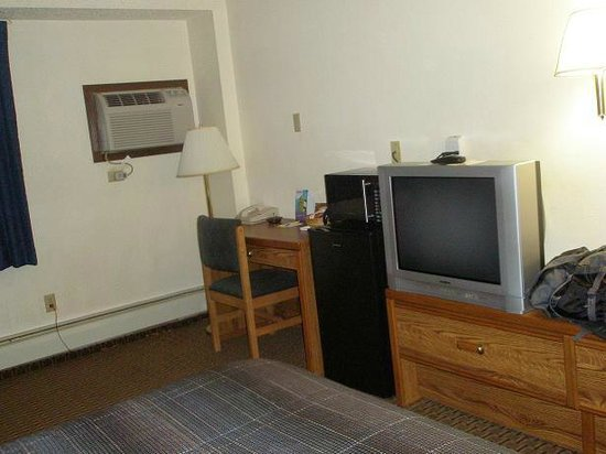 Days Inn Glendive:                   TV, AC, Fridge and desk