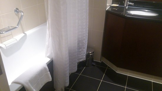 Sheraton Skyline Hotel London Heathrow:                   The bathroom with that dreaded bathtub