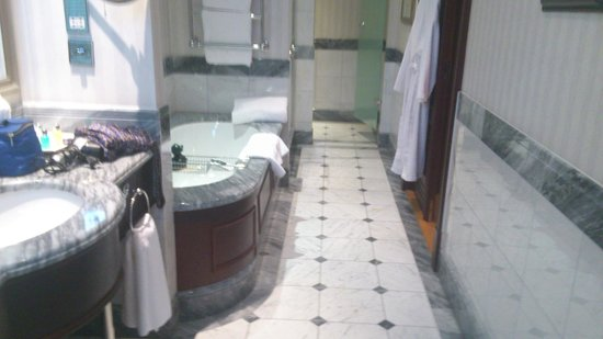 Hotel Kamp:                   Nice bathroom!