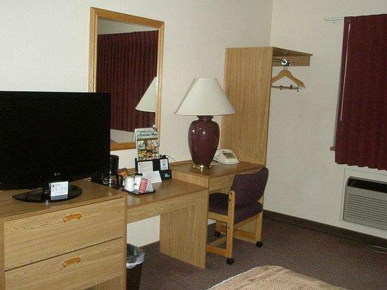 Super 8 St. Regis:                   TV, desk area