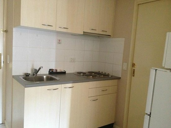 Harbour View Apartment Hotel:                                     Kitchen (bathroom door to the right)