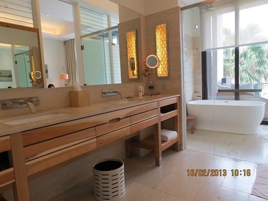 Hyatt Regency Danang Resort & Spa:                   bathroom
