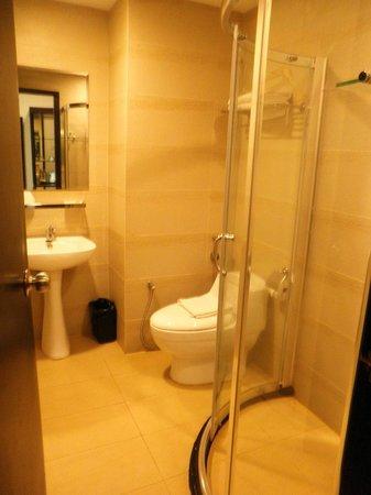 My Inn Hotel Lahad Datu:                   nice bathroom with hot n cold water