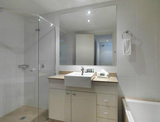 Meriton Serviced Apartments - Broadbeach: 1 Bedroom Bathroom