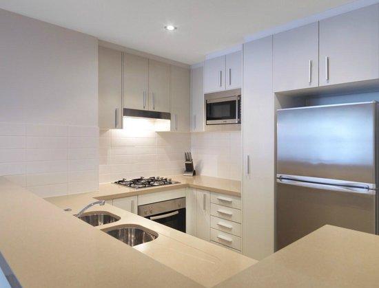 Meriton Serviced Apartments - Broadbeach: 1 Bedroom Kitchen