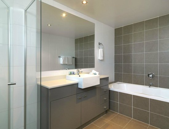 Meriton Serviced Apartments - Broadbeach: 2 Bedroom Bathroom