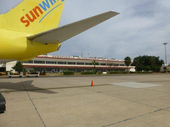 Hotel Riu Emerald Bay:                   sunwing