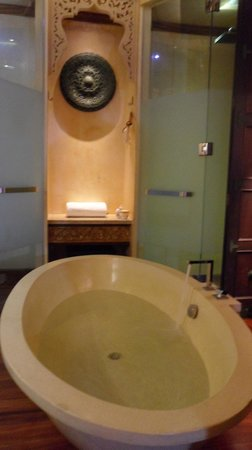 The Baray Villa:                   bathtub