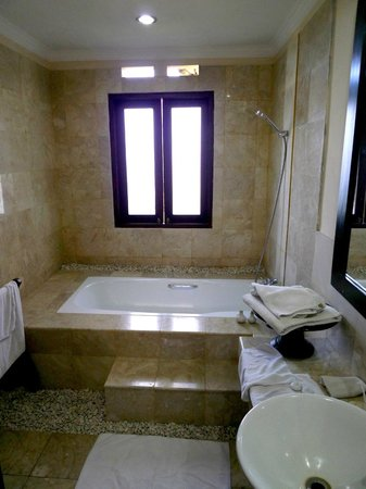 Bebek Tepi Sawah Villas & Spa:                   Batuan Villa bathroom at the upper floor