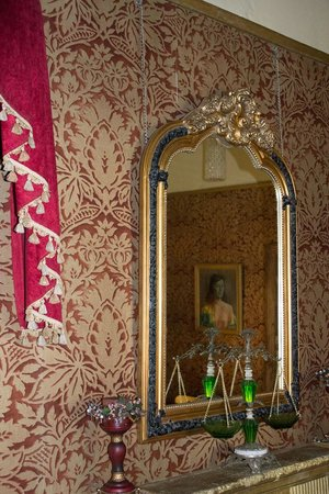 Her Majesteas Salon :                   Victoriana Wallpape - attention to every detail