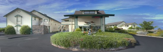 Emerald Dolphin Inn & Mini Golf: Hotel Entrance