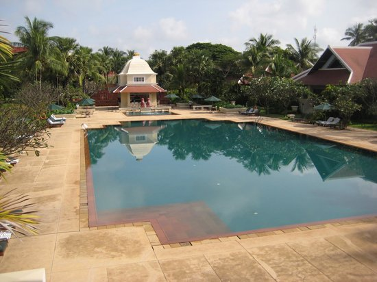 Raffles Grand Hotel d'Angkor:                   Pool and poolside bar