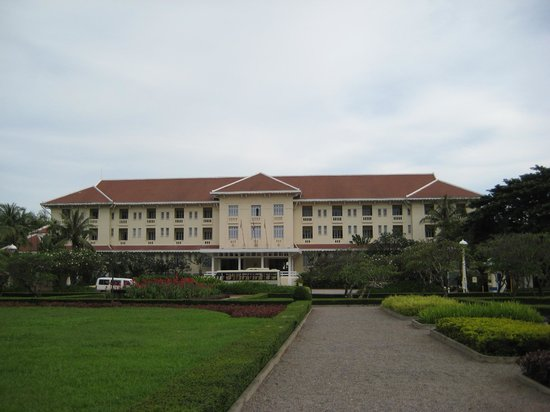 Raffles Grand Hotel d'Angkor:                   Hotel seen from road