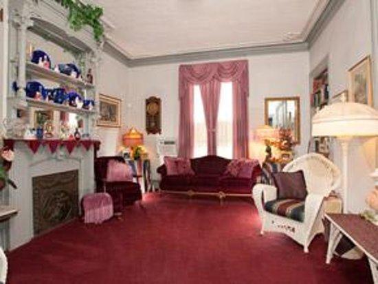 Chestnut Tree Inn: Living Room