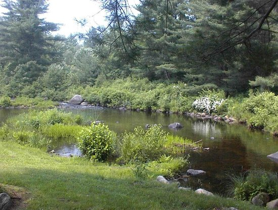 Maplewood B&B: Enjoy sitting by the Farmington River