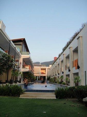 La Flora Resort Patong:                   プールから