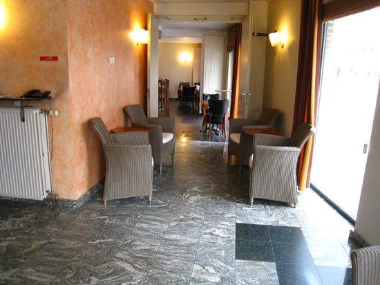 Hotel New Damshire:                   Lobby