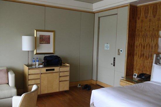 โรงแรม เดอะ ริทซ์ คาร์ลตัน มิลเลเนีย สิงคโปร์:                   View of the entrance.