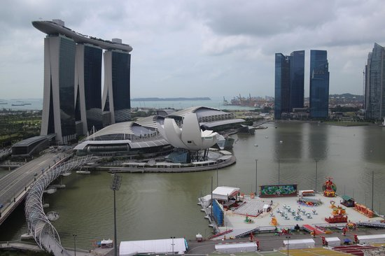 โรงแรม เดอะ ริทซ์ คาร์ลตัน มิลเลเนีย สิงคโปร์:                   View of the Marina Bay area.