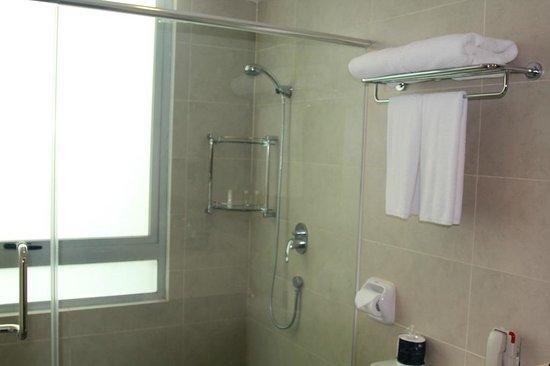 Furama Bukit Bintang:                   Душ в ванной комнате