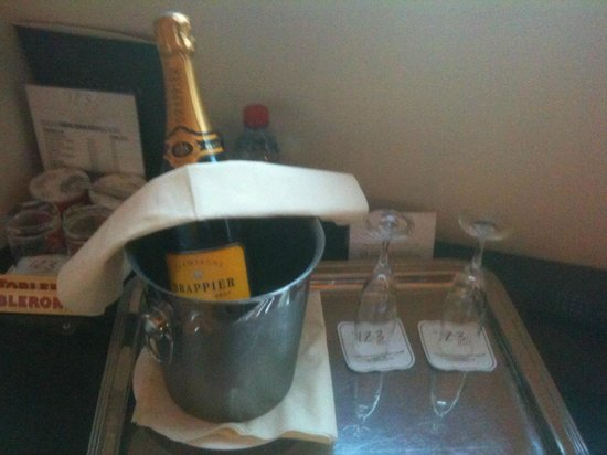 Hotel Le 123 Elysees:                   Champagne :D