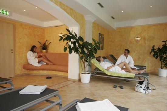 Reiters Wohlfuhlhotel: Wellness-Ruheraum mit Blick in die Berge