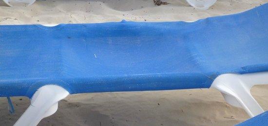 Tropical Princess Beach Resort & Spa:                                                       Etat des transats de la plage (photo 3)