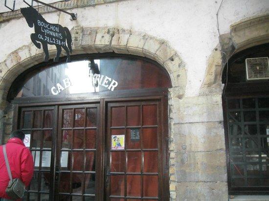 Le Cabaretier:                   vitrine extérieure du restaurant