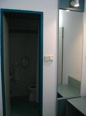 Hotel Ventura:                   Entrada al baño