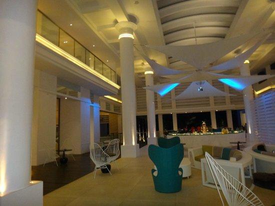 Movenpick Hotel Mactan Island Cebu:                   エンタランス