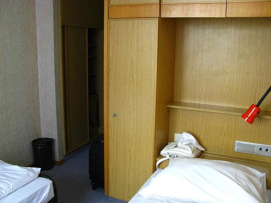 Hotel Atlas:                   Armario y entrada
