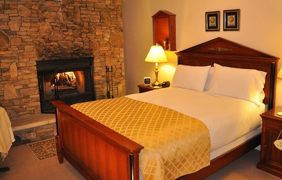 Carmel Cove Inn at Deep Creek Lake: Room 7 - Fireplace