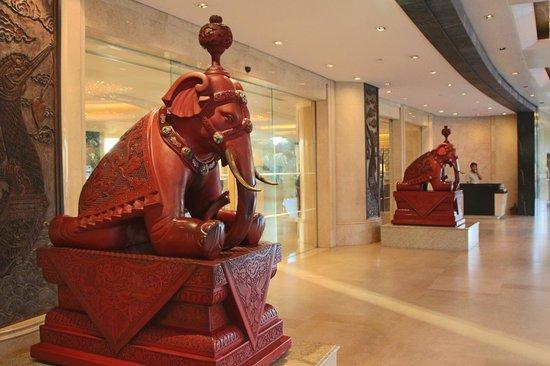 Shangri-La Hotel,Bangkok:                                     Entrance to the hotel - Shangri La Wing side