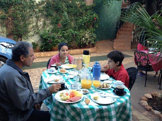 Casa OsmaryAlberto:                   desayunando