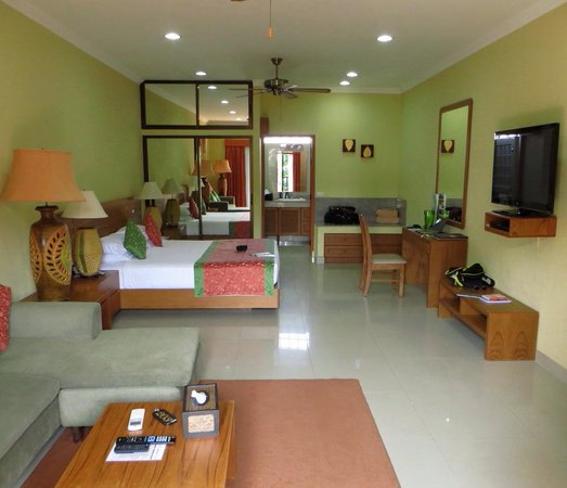 Baan Souy Apartments:                   Poolside balcony room