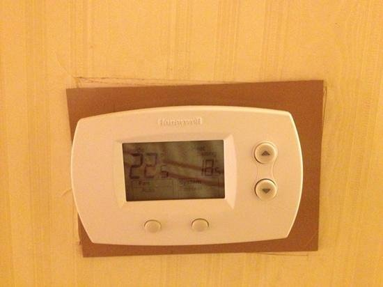 Hotel Quebec Inn:                   thermostat almost falling off wall, installed on a slant.