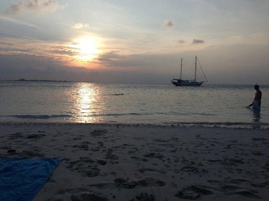 Kuredu Island Resort & Spa:                                     Le bateau + couché de soleil