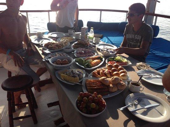 كوريدو آيلاند ريزورت:                                     Petit déjeuner sur le bateau !                            
