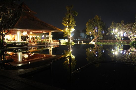 Ratilanna Riverside Spa Resort Chiang Mai:                   Pool at night