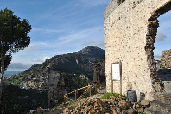 Pueblo Andaluz Casares:                   Torre árabe y Sierra Crestellina de fondo