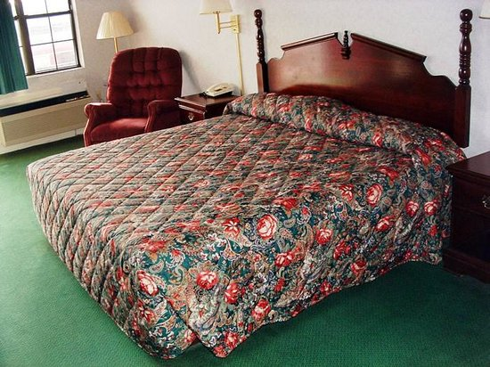 Magnolia Inn: King bed with recliner
