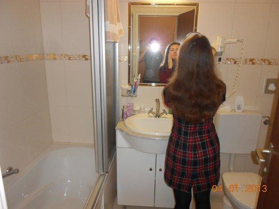 Hotel Schweizerhof:                   Bathroom