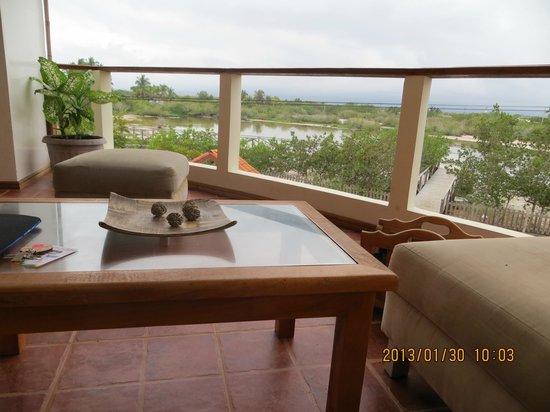 Hotel La Laguna Galapagos :                   Deck al lado del cuarto, con sillones para tomar algo o leer mirando la Laguna