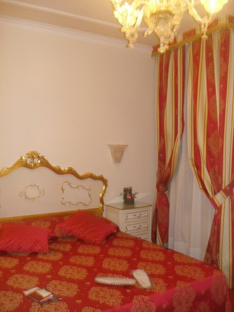 Hotel San Luca:                   Bedroom
