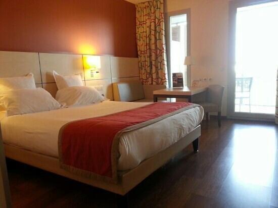 Kyriad Prestige Toulon - L S S M - Centre Port:                   La grande chambre avec terrasse