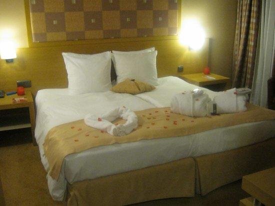 Hotel Quartier Latin :                   Le lit décoré pr la St. Valentin.