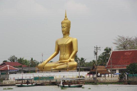 Novotel Bangkok Fenix Silom:                   statua  vista dal mercato sull'acqua