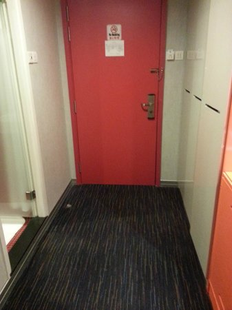 Hotel Re!:                   doorway