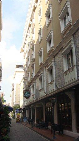 Hotel Sapphire:                   superbe rue pour trouver un petit restau