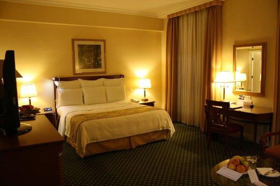 Armenia Marriott Hotel Yerevan:                   Smaakvol ingerichte slaapkamer